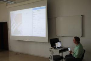 Manuel Eckert erklärt die Funktionsweise des NotrufPlus Systems.